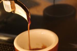 Laufender Espresso mit leichtem Mauseschwanz